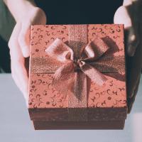 дарить-подарок-во-сне