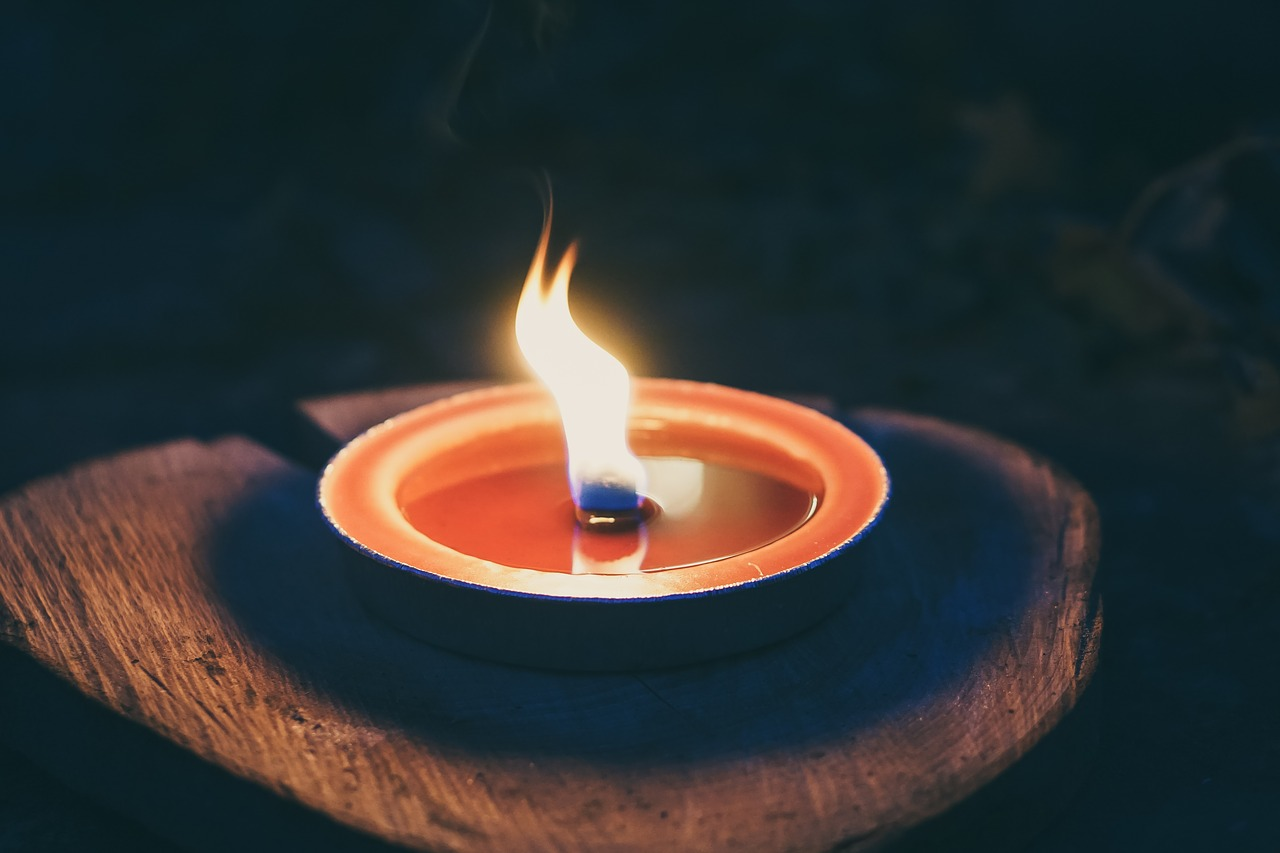 Зажигать свечу во сне - тайный смысл символа и подробное толкование