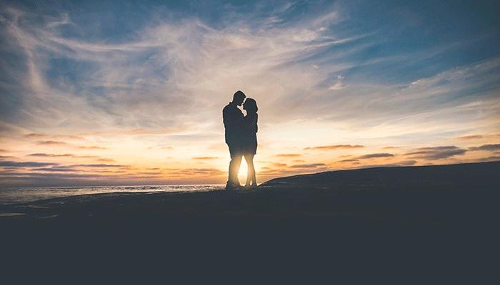 Поцелуй во сне: опасность или счастье?